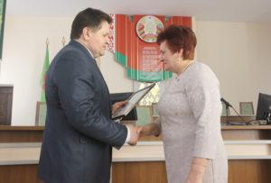 И. И. Маркович поздравляет с победой  в конкурсе председателя Волынецкого сельского Совета депутатов Н. П. Липовскую.