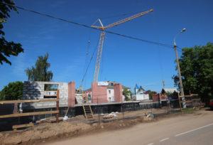 На строительстве жилого дома.