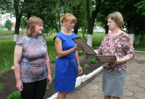Е. Дрижову и Е. Автухову (слева направо) поздравляет Е. Зуй.