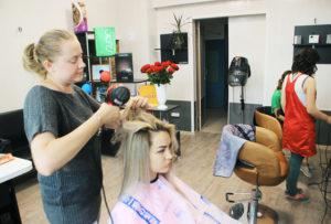 Над созданием новой причёски работает Алла Разумная.