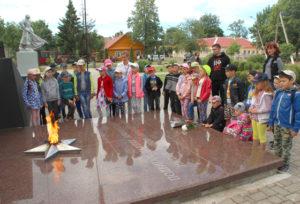 Участники лагеря гимназии на мероприятии в городском сквере.