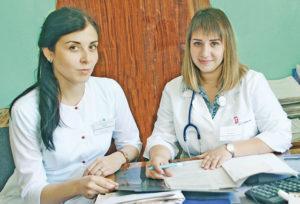 Врач-интерн А. Верик и врач-терапевт А. Анджан.