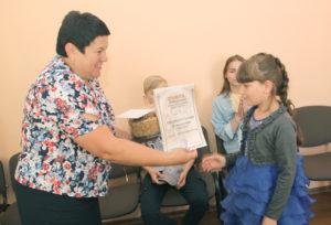 И. Томашевич поздравляет победителя конкурса Полину Ошуркевич.