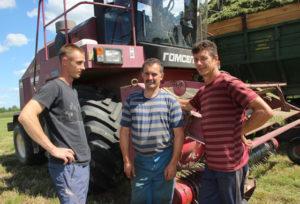 На кормозаготовке работают (слева направо)  И. Кошманов, В. Мороз, В. Козлов.