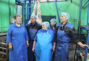 Работники убойного цеха: З. В. Черноок, Ф. Г. Савицкий,  М. В. Сульдина, О. В. Урбан, О. И. Мишуков (слева направо).