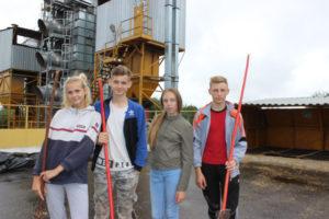 Верхнедвинские школьники работают на зернотоку