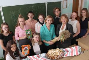 Ветеран сельхозотрасли района Л. К. Гресько и классный руководитель С. С. Ринцевич с учащимися аграрного класса.