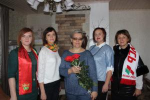 Дина Грибовская (в центре) принимает поздравления.