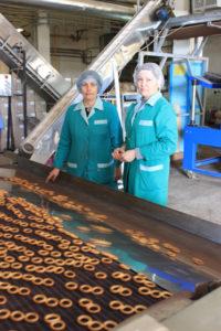 Старший мастер Ирина Ушак и мастер смены Татьяна Бочарова заботятся, чтобы продукция получилась качественной.