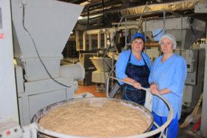 Тестовод Лариса Шилько и машинист тесторазделочных машин Татьяна Переломова умеют готовить отменный хлеб.