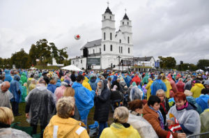 epa07043329 Faithful are seen before of the Pope Francis' arrival at the Shrine of the Mother of God in Aglona, Latvia, 24 September 2018. Pope Francis is visiting Lithuania, Latvia and Estonia for the Apostolic Journey from 22 to 25 September 2018.  EPA/ALESSANDRO DI MEO