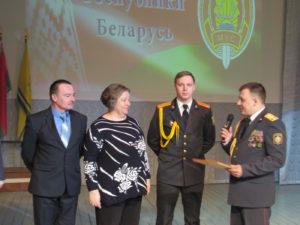 Начальник РОВД Д. Г. Новиков поздравляет с праздником трудовую династию Лялюйко (слева направо) Владимира Александровича, Еленую Сергеевну и сына Артёма.