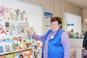 Т. Ф. Лемешенок знакомит посетителей с периодическими изданиями.
