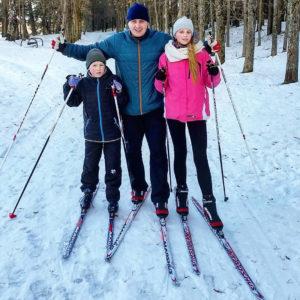 В Верхнедвинске всем желающим предлагают лыжи и коньки