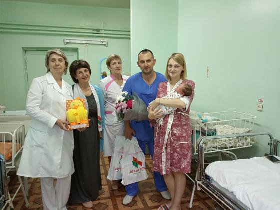 В Верхнедвинске поздравили маму с новорожденной малышкой