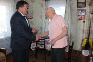 Юбилейную медаль И. И. Маркович вручил  бывшему партизану, В. В. Дащёнку.